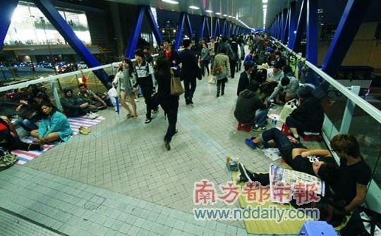 <b>香港明晨开售iPhone4S 昨晚数百人通宵排队</b>