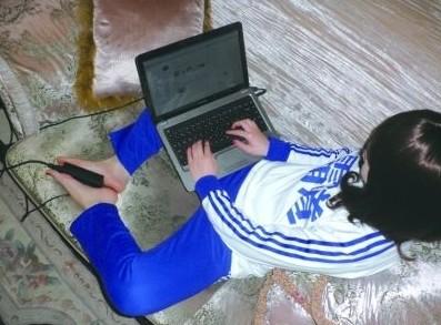 霸道IT女用电源适配器暖脚 引来众多网友围观