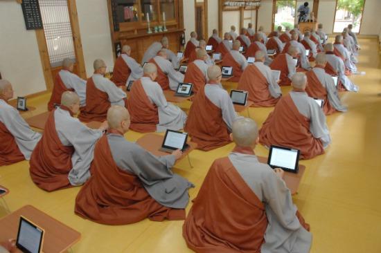 用iPad来念经 韩国僧人全部配上现代智能高科技