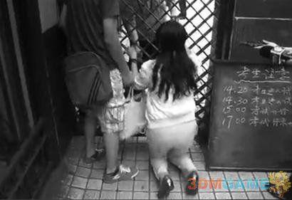 上海考生高考迟到2分钟被拒考 家长跪求放行