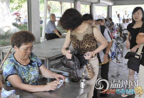 温州两名女子沿街发钱 不让拍照不透露姓名