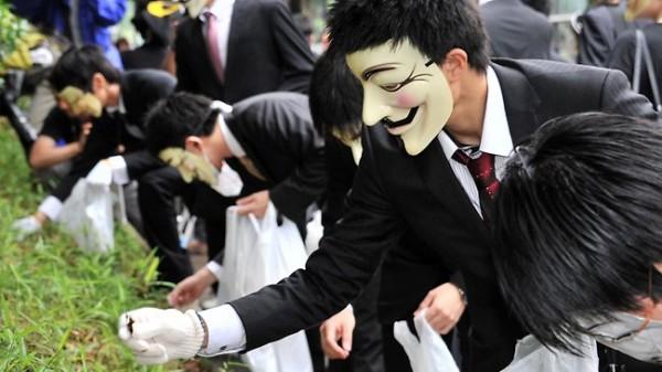 <b>黑客组织 Anonymous 在东京捡垃圾以表达抗议</b>