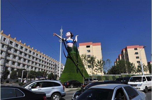 """奇丑无比 乌鲁木齐街头雕像""""飞天女神""""因丑被拆"""