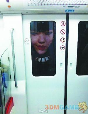 <b>吴莫愁地铁海报吓乘客一跳 鬼魅表情令人毛骨悚然</b>