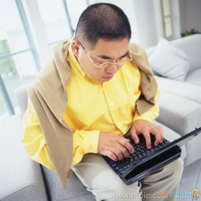 研究:男人每天用5小时以上电脑将影响生育