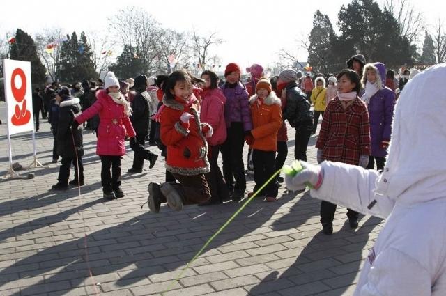 朝鲜人民过春节 集体献花悼念已故领导人金正日