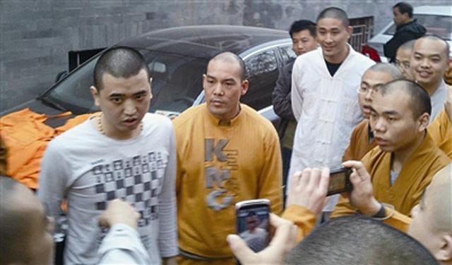 两男子假扮和尚与美女开房 被警方带走身份未明