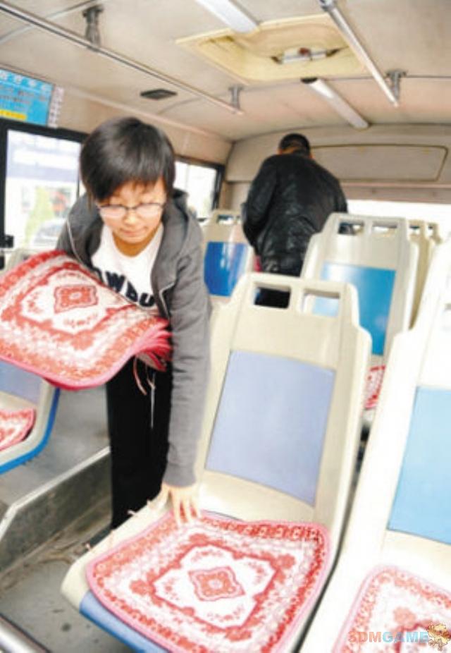 女生花3千压岁钱为公交买坐垫 没几天丢七八个