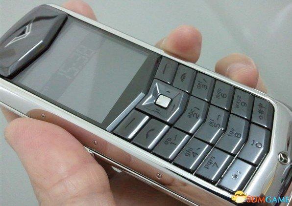 """某市民4.3万买Vertu手机 不到一年外皮""""开口"""""""