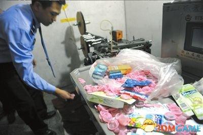 "<b>黑作坊造""杜蕾斯""每个卖1元 日产两万个假避孕套</b>"