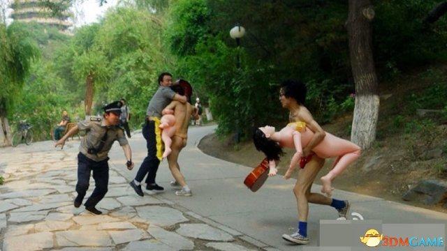 北大裸奔男抱充气娃娃被捉 无下限行为乃是艺术?