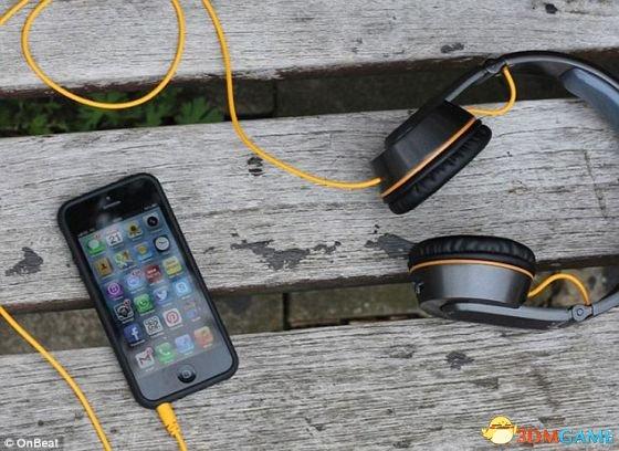 工程师发明太阳能耳机:可以边听歌边给手机充电