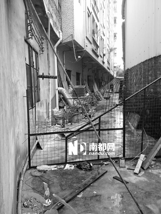 东莞街头百人械斗如大年夜片 刀棍齐上居然袭警掀车