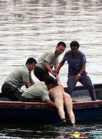 百人围观企业高管全裸跳海 民警救援反被其辱骂