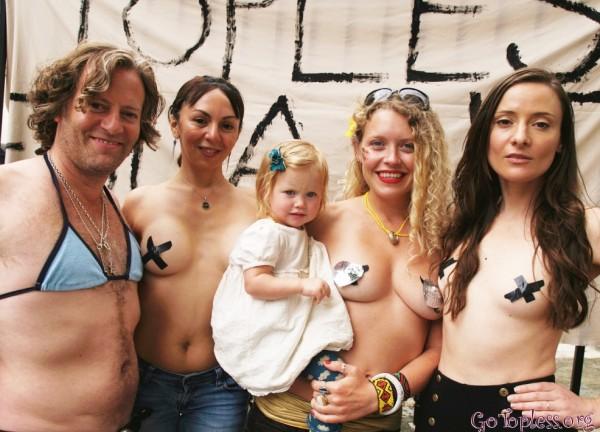 """纽约""""坦胸日""""女性坦胸露乳游行 引众人围观!"""