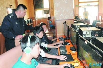 """暗访黑网吧:小孩电脑前""""厮杀"""" 热衷暴力游戏"""