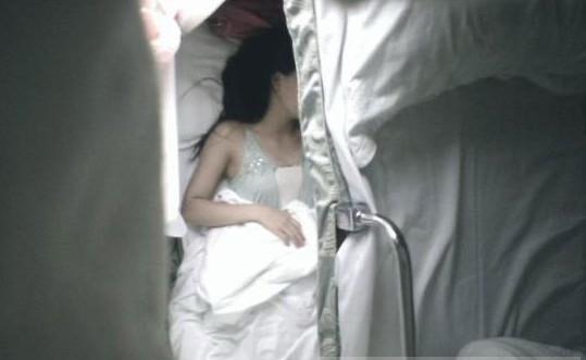 男子上下其手猥亵卧睡女乘客 被摸女子不敢反抗