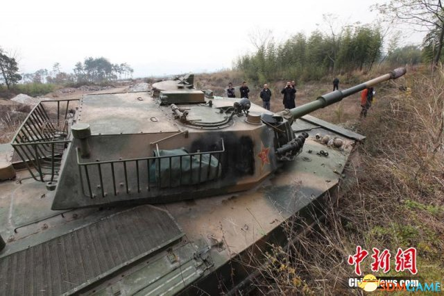 浙江土豪20万购退役坦克停路边 交警一头雾水