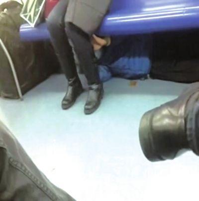 <b>北京地铁惊现猥琐摸腿男 躲座位下摸黑丝女腿</b>