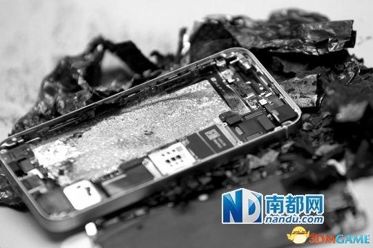 """男子新买苹果""""土豪金""""开机自爆 电池烧成灰烬"""