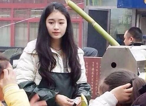 """女孩灯会上卖甘蔗汁走红 网友称其""""甘蔗西施"""""""