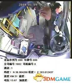 女乘客玩手机坐过站 竟然抡包打司机抢夺方向盘