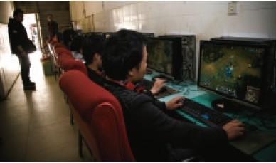 小伙黑网吧奋战 为不坑队友在警察围观下继续游戏