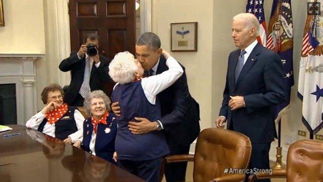 奥巴马遭老太嘴对嘴强吻 戏言请夫人米歇尔原谅