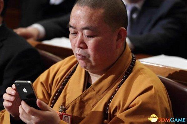 <b>少林寺年轻僧人用智能手机 释永信不准他们看片</b>