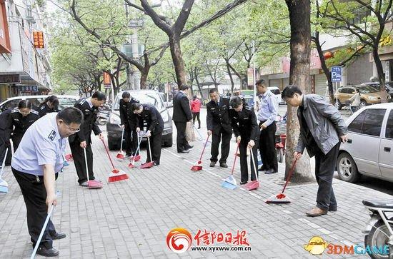 <b>河南城管扫街作秀引网友质疑:十余人扫20平米</b>
