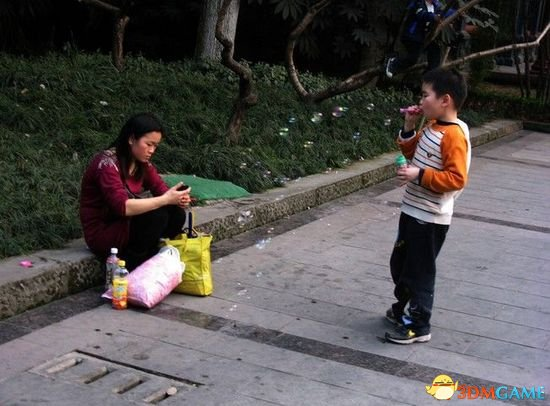 女子下车时只顾玩手机 将6岁儿子遗忘在火车上