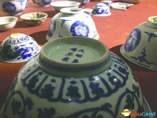 <b>一村民挖出24件明代青花瓷 瓷器立即被警方收走</b>