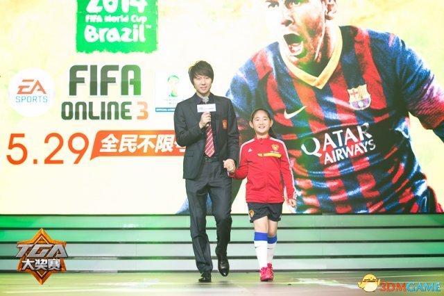 李铁携女现身TGA 展《FIFA Online3》版爸爸去哪儿