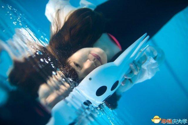 大玩性感湿身诱惑?重庆大学妹子最美水下毕业照