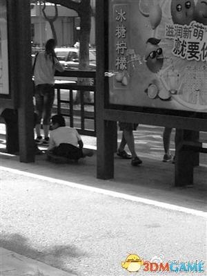 宁波公交站现摸腿乞丐:口喊小妹专门钻裙底摸腿