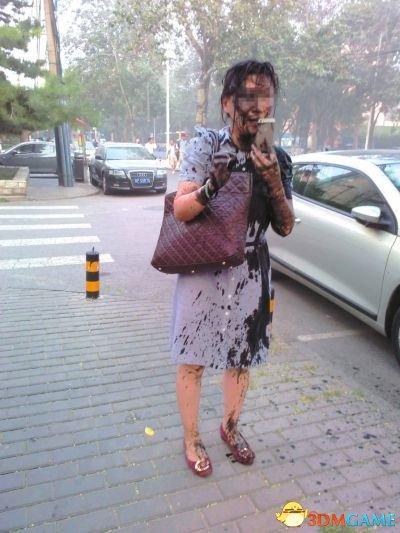 北京一幼儿园园长被人泼墨 头被扣桶车牌号含糊