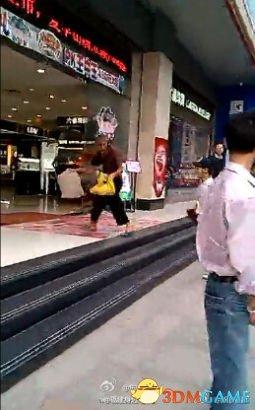 <b>福州男子飞踹行乞老人 疑与别人冲突后找老人发泄</b>
