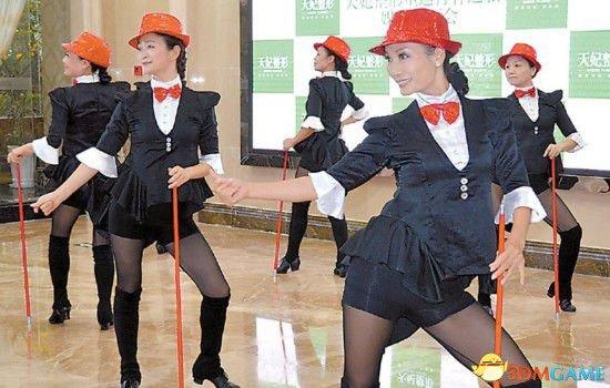 重庆12位奶奶为上春晚集体整容:再不疯狂就老了