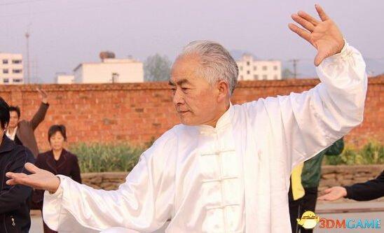 六旬老人陪孙子玩《英雄联盟》 已经达白银段位