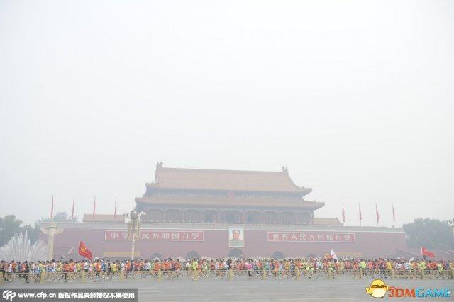 北京马拉松赛遭遇雾霾天 选手戴好防毒面具出战