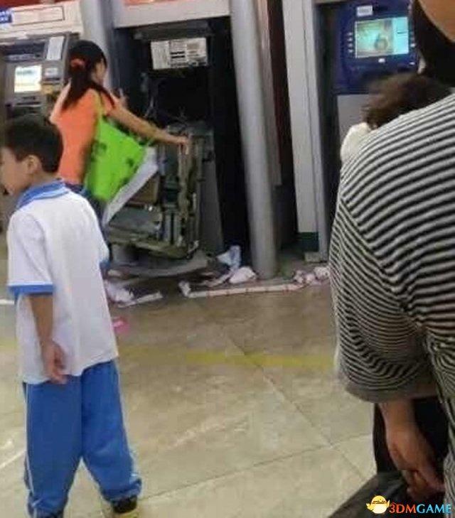 东莞一女子银行卡被吞 狂性大发徒手暴力拆ATM机