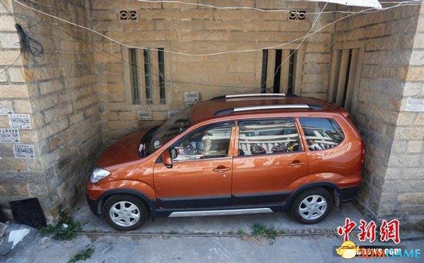 膜拜停车之神 福建车神将4.3米车停进4.7米凹槽内