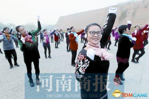郑州大妈戴蓝牙耳机跳广场舞 网友:场景太诡异