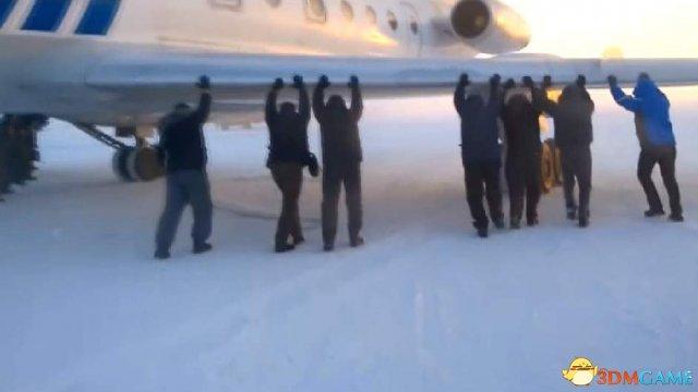 车坏了推着走 那飞机坏了呢 西伯利亚游客怒推飞机