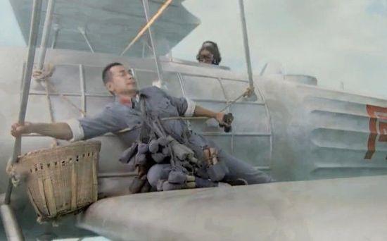 央视神剧《铁血红安》剧情 战士绑飞机上扔手榴弹