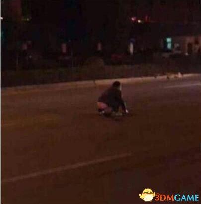 醉男蹲路中间大便被撞飞 女孩开车练手3亲人遇难