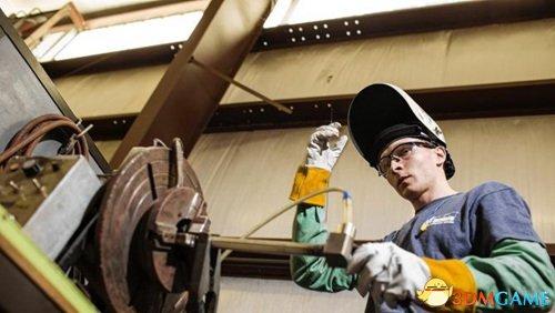 <b>美国青年不上大学当焊工年薪近百万 父母均为博士</b>