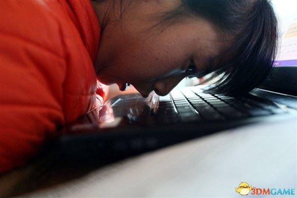 90后脑瘫女孩用鼻尖打字开网店 卖家乡苹果来赚钱