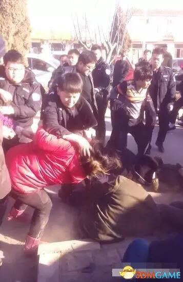 """河北城管殴打""""摆摊卖春联""""商贩 事件导致五人受伤"""