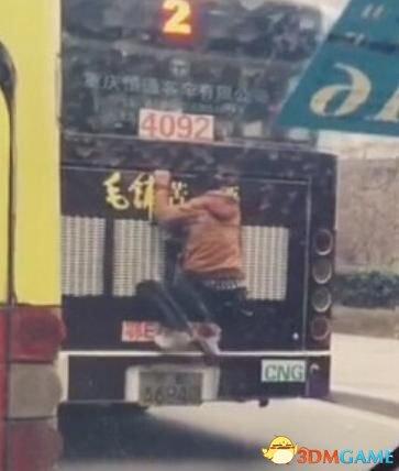 """男子如壁虎般扒公交 中途""""换乘""""扒上其他公交车"""